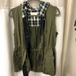 SKIES ARE BLUE GREEN MILITARY OLIVE VEST SIZE: L
